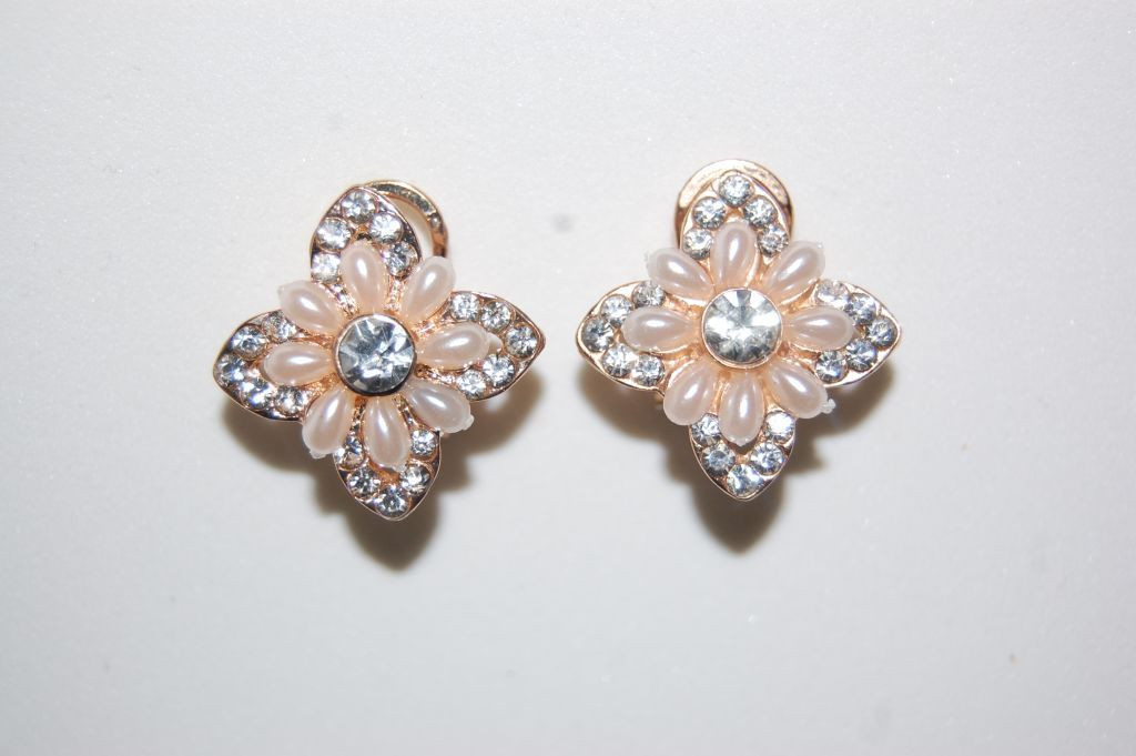 Golden earrings star Pearl and gloss