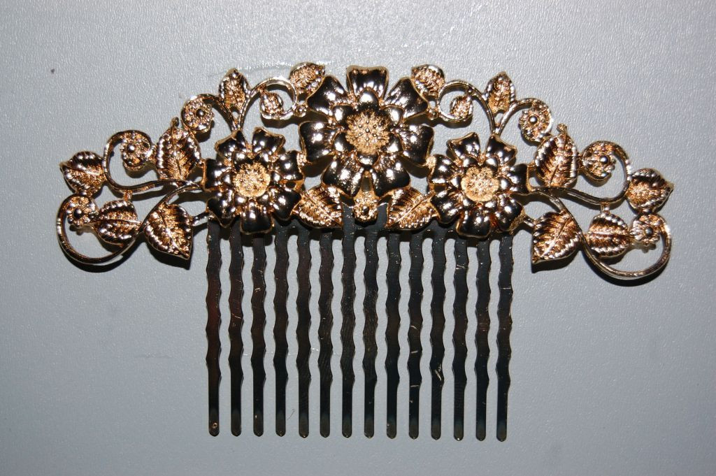 Cluster of three flowers gold comb