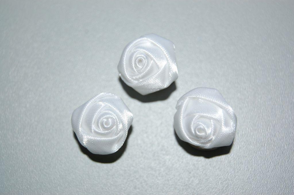 Tres rosas de tela blanca