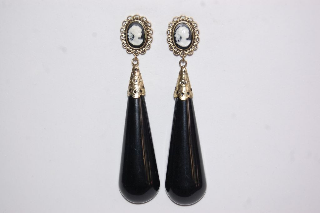 Earrings coral stand black