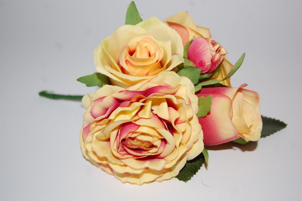 Ramillete flores feria fucsia y yema