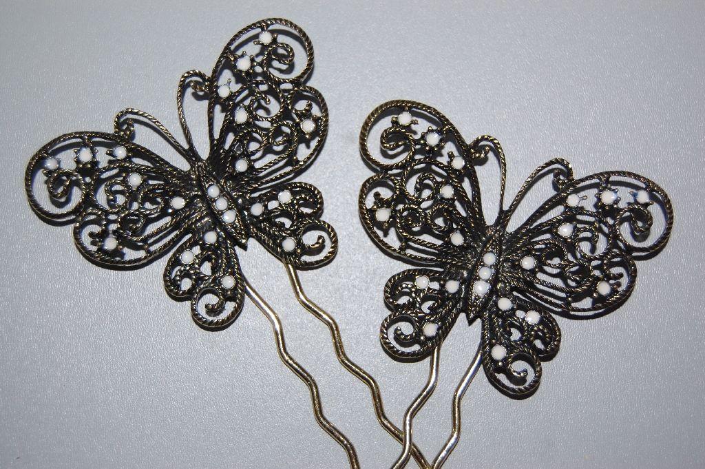 Altogether two peinas white butterflies